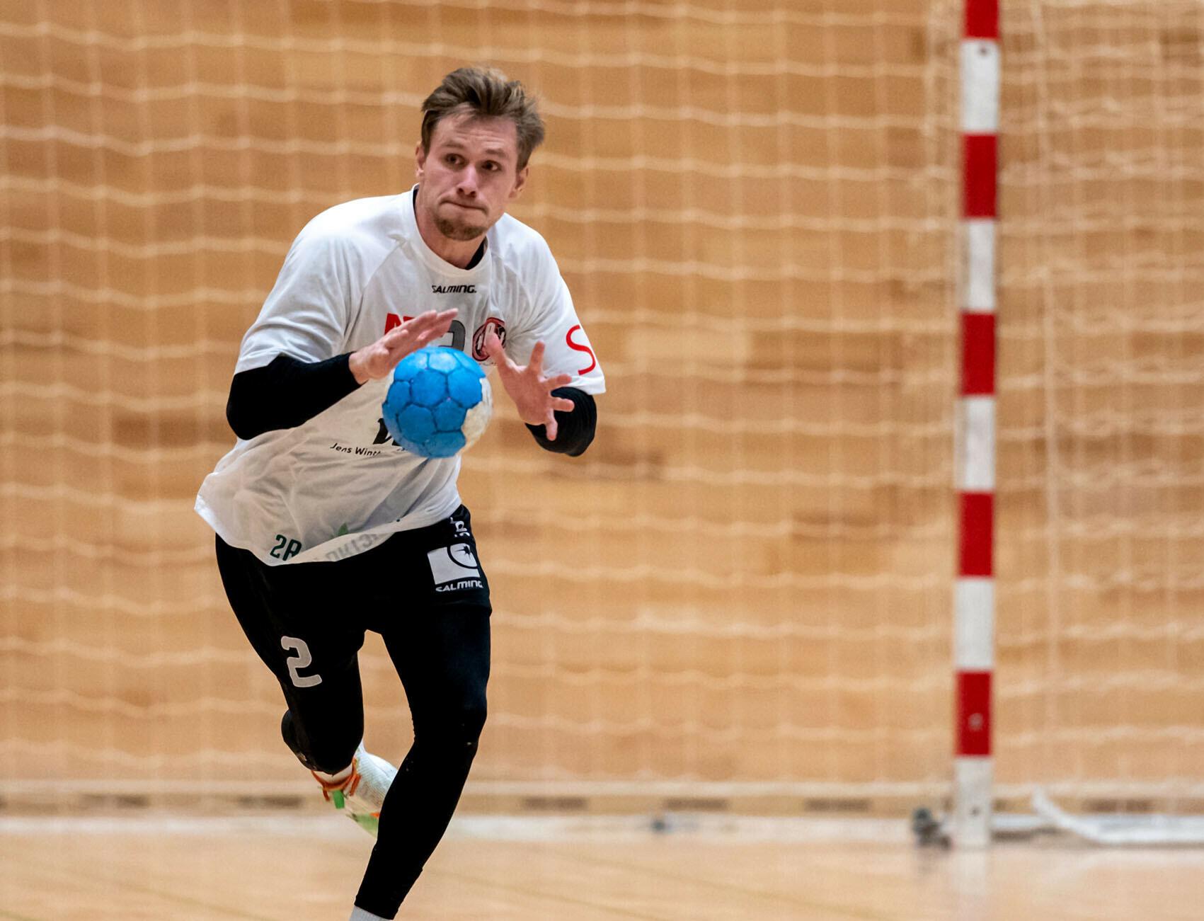alexander-hansen-med-bolden